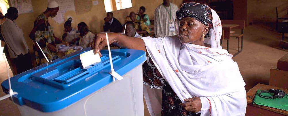 A Malian woman votes